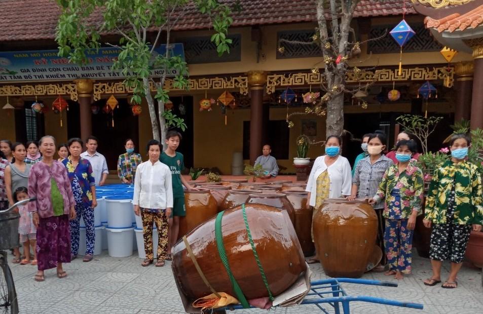 Bến Tre: Chùa Hòa Linh tặng dụng cụ chứa nước ngọt cho bà con đợt 03