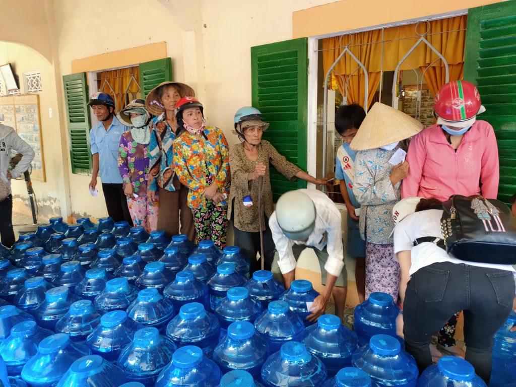 Bến Tre: Chùa Huệ Ân tặng nước ngọt cho bà con nghèo chịu ảnh hưởng ngập mặn tại huyện Giồng Trôm