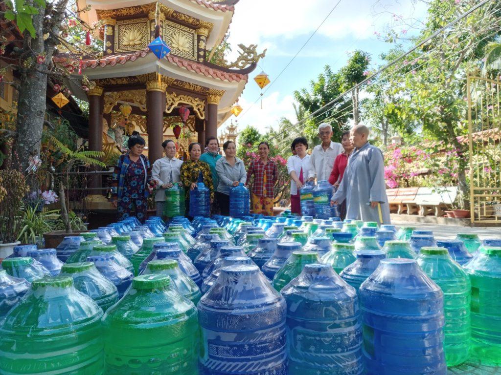 Bến Tre: Chùa Hòa Linh, huyện Mỏ Cày Nam – tặng 200 bình nước lọc cho bà con nghèo chịu ảnh hưởng nước ngập mặn.