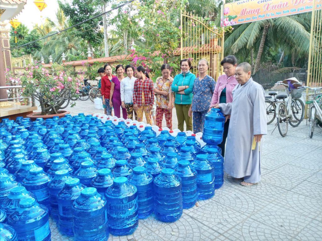 Bến Tre: Chùa Hòa Linh tặng 500 bình nước lọc – đợi 02 cho bà con nghèo chịu ảnh hưởng nước ngập mặn.