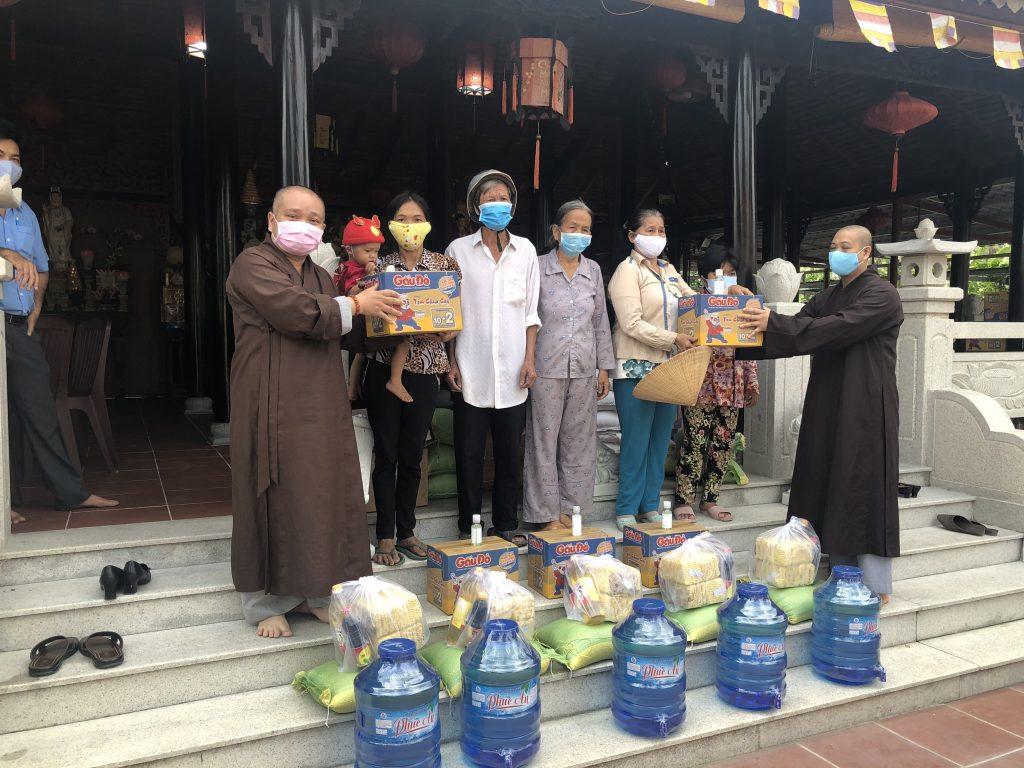 Bến Tre: Tổ Đình Ấn Quang, TP.HCM trao tặng quà cho bà con nghèo mùa nước ngập mặn