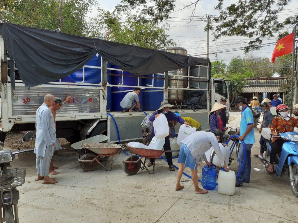 Bến Tre: Chùa Long Khánh phát nước ngọt cho bà con địa phương bị ngập mặn