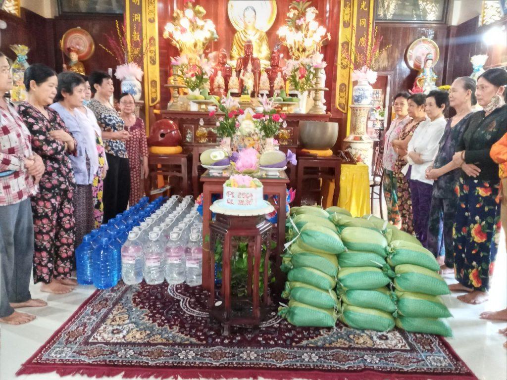 Bến Tre -Chùa Hòa Linh tặng quà cho bà con nghèo nhân mùa Phật Đản PL. 2564
