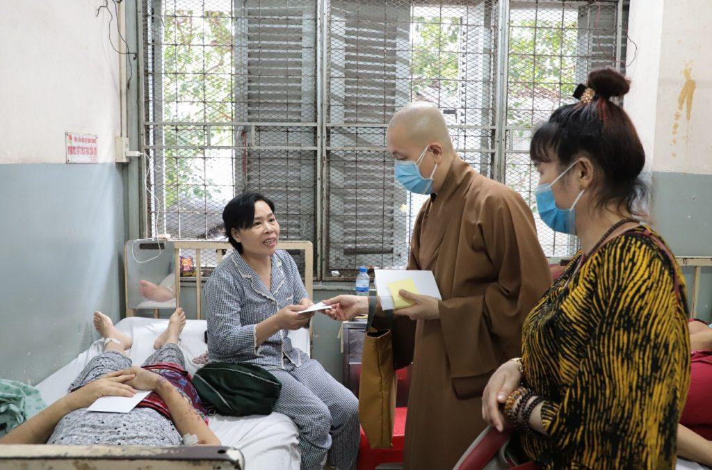 Bến Tre: Chùa Long Hóa thăm và tặng quà cho các bệnh viên tại bệnh viện Ung bướu TP.HCM