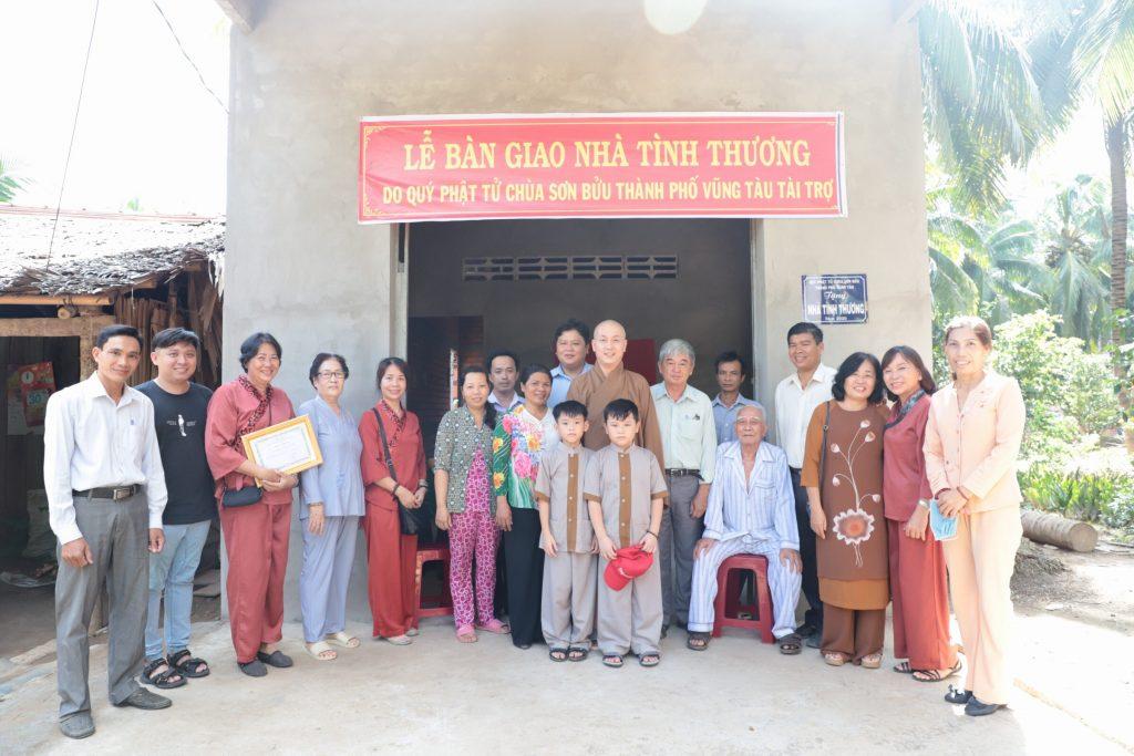 Bến Tre: Đại đức Thích Huệ Định và Phật tử TP. Vũng Tàu trao tặng nhà tình thương