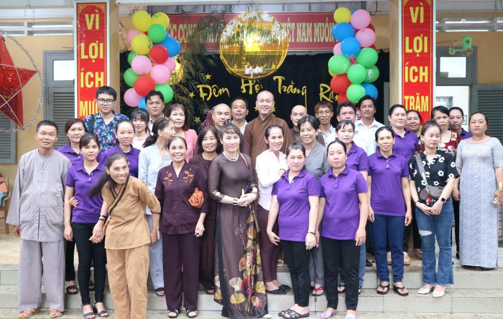Bến Tre: Chùa Sơn Bửu tặng quà Trung thu cho học sinh Trường tiểu học Thị Trấn Châu Thành