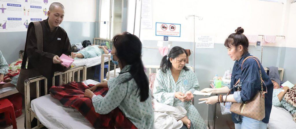 Bến Tre: Chùa Long Hóa tặng 200 phần quà cho bệnh viên tại bệnh viện Ung bướu TP. HCM