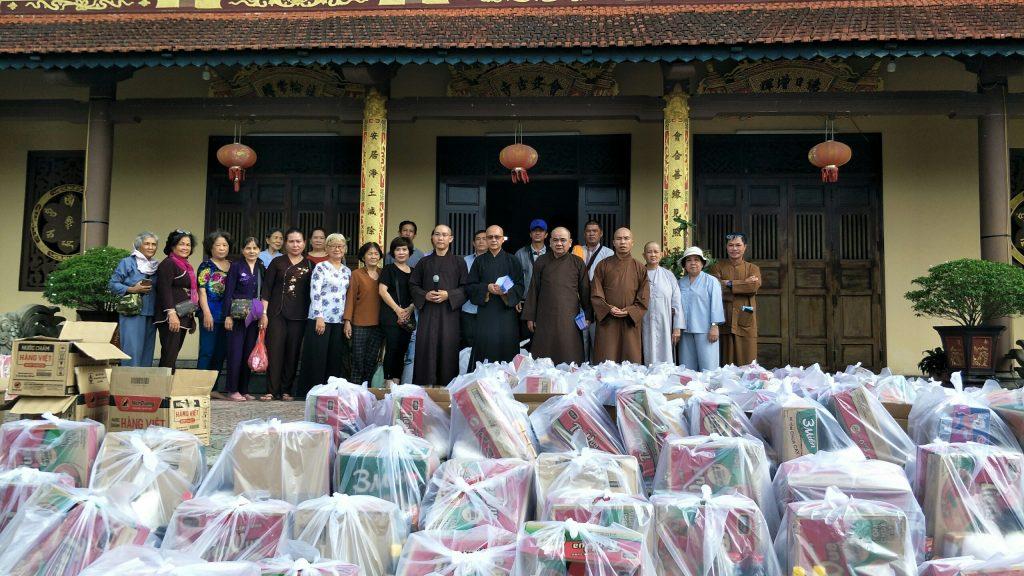 Bến Tre: Chùa Viên Minh, chùa Thinh Văn cứu trợ đồng bào bị lũ lụt tỉnh Quảng Trị, Quảng Ngãi