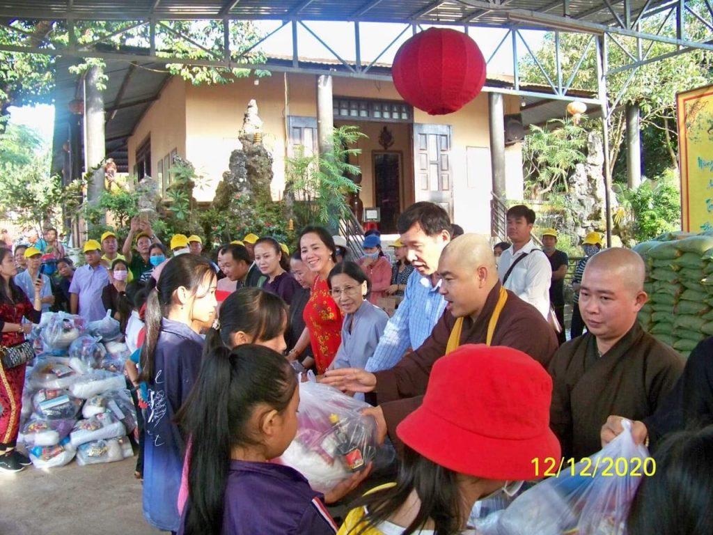Bến Tre: Chùa Linh Phước, CLB Bồ đề trao tặng quà cho đồng bào nghèo xã Ia Rvê, huyện Ea Súp, tỉnh Đắklắk