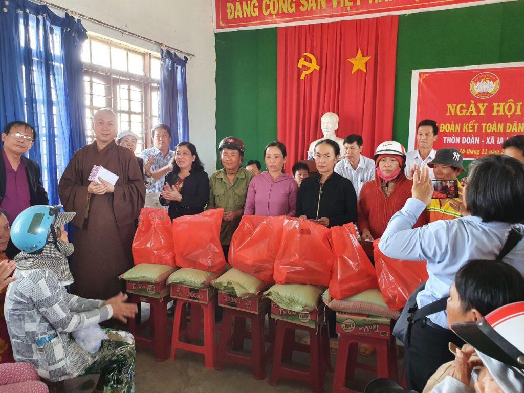 Bến Tre: BTS GHPGVN huyện Giồng Trôm kết hợp các Tự viện tặng quà Tết cho đồng bào tỉnh Bình Phước và Đăk Lăk