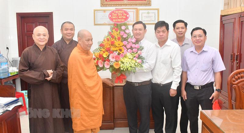 Bến Tre: Lãnh đạo Ủy Ban Mặt Trận Tổ quốc Việt Nam tỉnh chúc mừng Đại lễ Phật Đản PL.2565