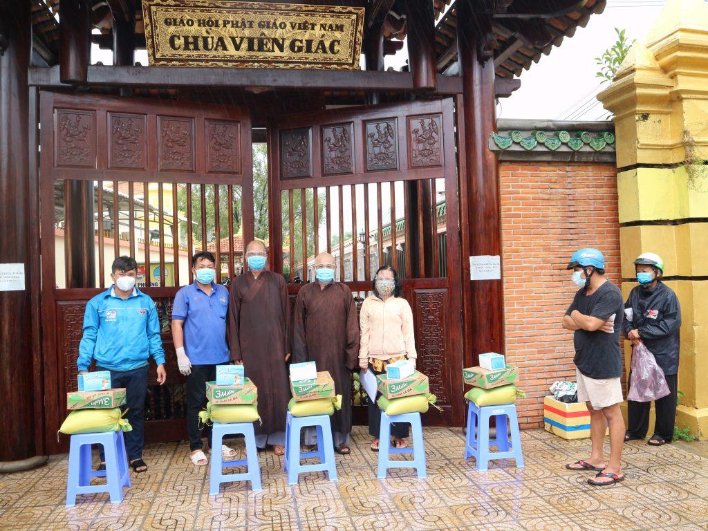 Bến Tre: Nhóm từ thiện An Lạc Chùa Viên Giác tặng quà bà con tại khu vực cách ly chợ phường 5, TP. Bến Tre
