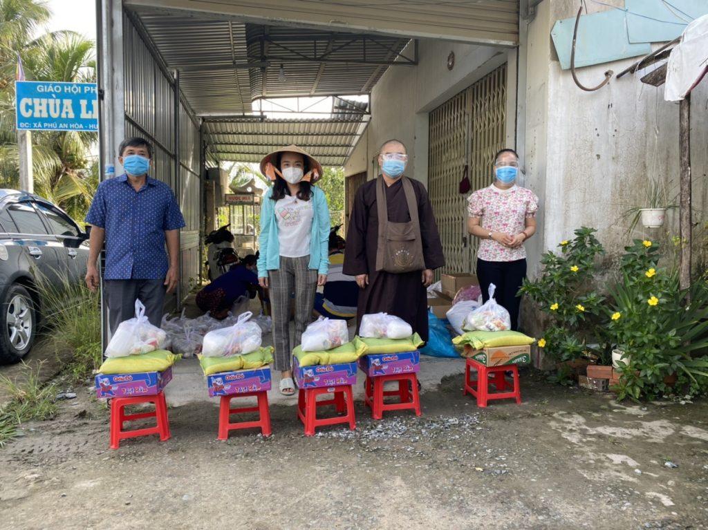 Bến Tre: CLB Bồ đề chùa Linh Phước trao tặng quà cho bà con nghèo chịu ảnh hưởng dịch Covid-19