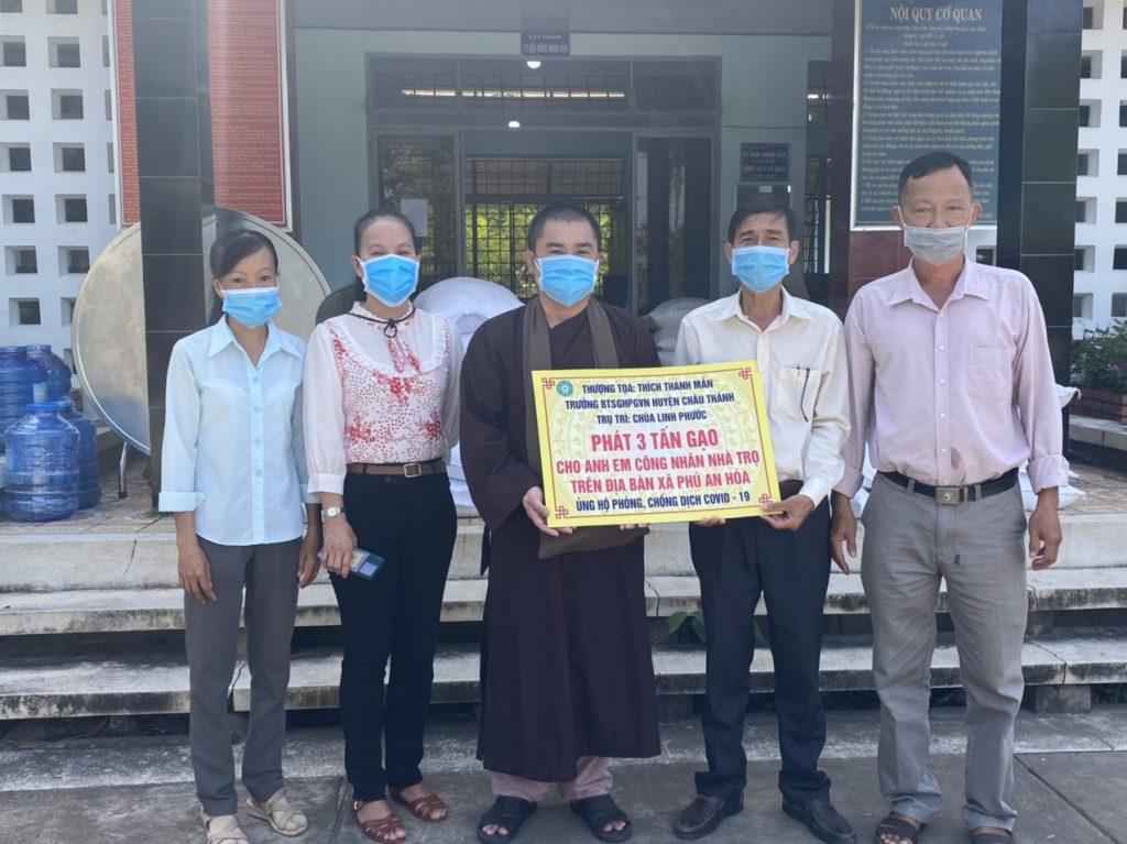 Bến Tre: Chùa Linh Phước ủng hộ 04 tấn gạo cho bà con khó khăn chịu ảnh hưởng dịch Covid-19