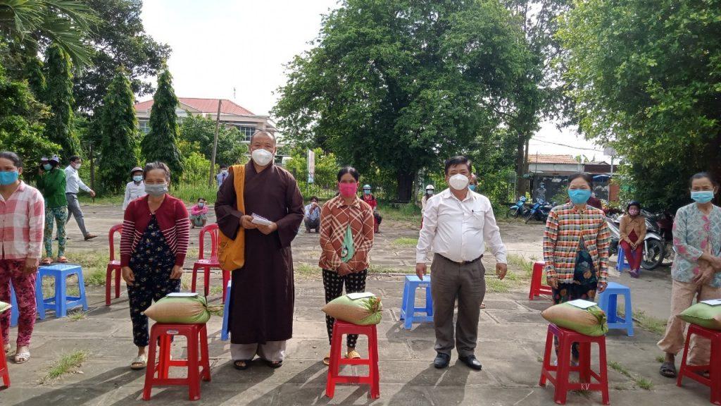 Bến Tre: Chùa Phước Lộc, Chùa Phước Long trao tặng quà cho bà con thiệt hại tài sản vì cơn lốc xoáy