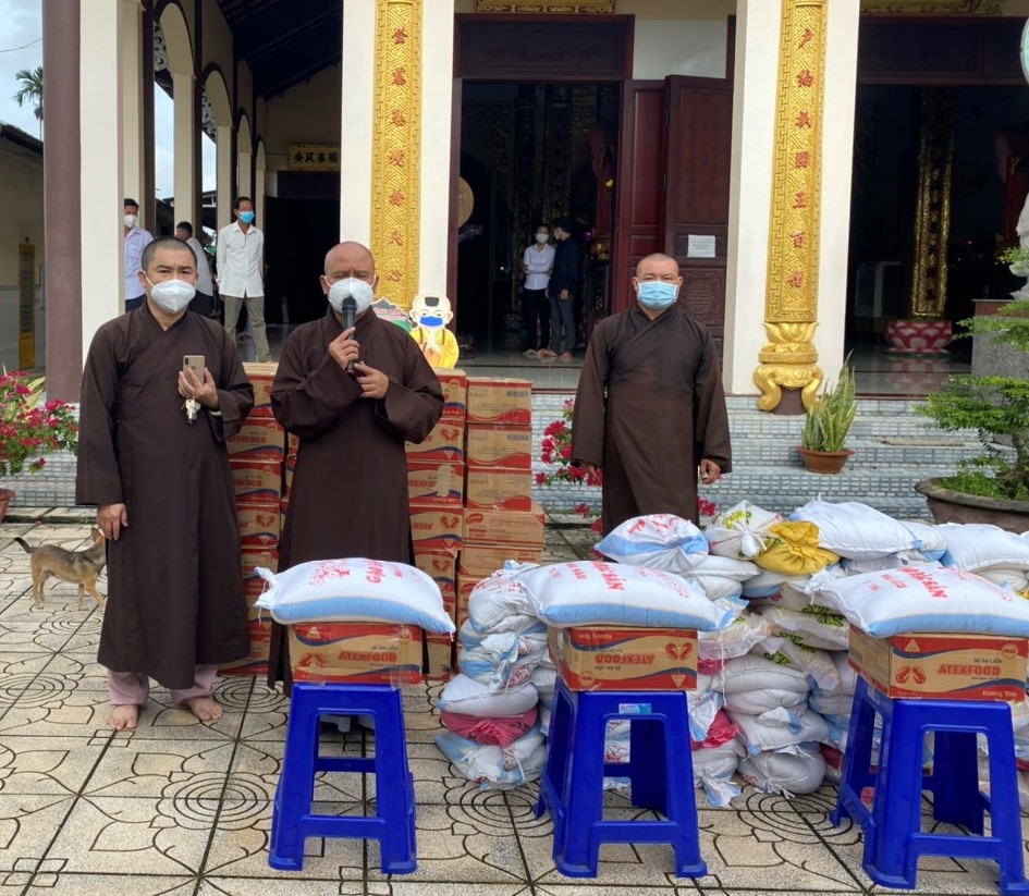 Bến Tre: Chùa Linh Phước hỗ trợ 02 tấn gạo và 300 thùng mì cho bà con nghèo